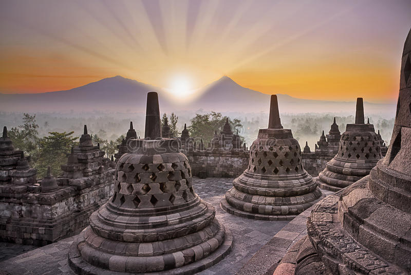Borobudur Tempel und Berg am Sonnenaufgang stockbild