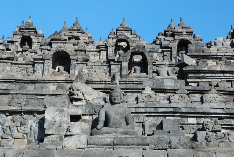 Borobudur - vägg med den Buddha statyn arkivbild