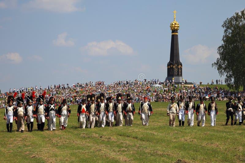 BORODINO MOSKVAREGION - kan 29, 2016: Reenactors klädde, som soldater för Napoleonic krig på Borodino slåss historisk reenactment fotografering för bildbyråer