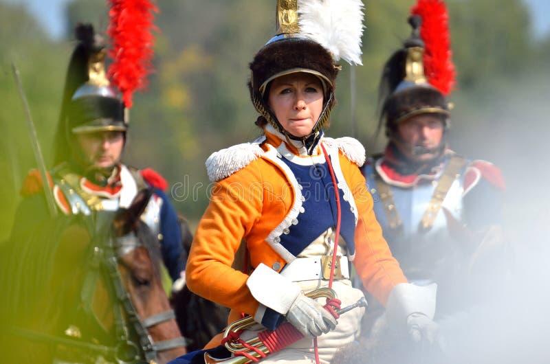 BORODINO MOSKVAREGION - SEPTEMBER 02, 2018: Reenactors klädde som soldater för Napoleonic krig på historisk reenactm för den Boro royaltyfria foton