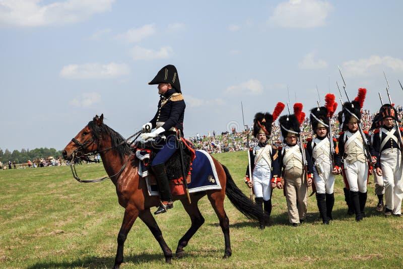 BORODINO, REGIÃO de MOSCOU - podem 29, 2016: Reenactors vestiu-se como os soldados da guerra de Napoleão em Borodino lutam o reen fotos de stock royalty free