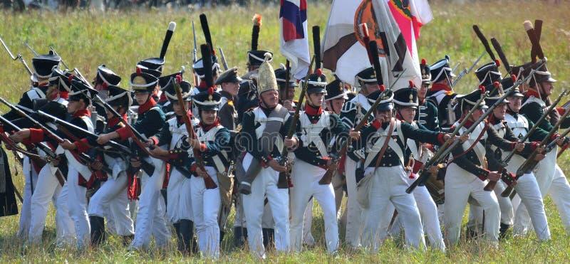 BORODINO, REGIÓN DE MOSCÚ - 2 DE SEPTIEMBRE DE 2018: Reenactors se vistió como soldados de la guerra napoleónica en el reenactm h fotos de archivo
