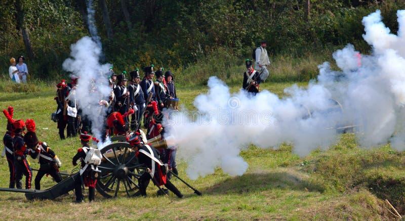 BORODINO, REGIÓN DE MOSCÚ - 2 DE SEPTIEMBRE DE 2018: Reenactors se vistió como soldados de la guerra napoleónica en el reenactm h fotografía de archivo libre de regalías