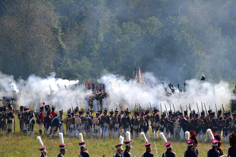 BORODINO, REGIÓN DE MOSCÚ - 2 DE SEPTIEMBRE DE 2018: Reenactors se vistió como soldados de la guerra napoleónica en el reenactm h fotografía de archivo