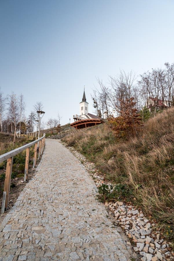 Borova-H?gel in Malenovice-Dorf nahe Stadt Frydlant nad Ostravici in der Tschechischen Republik mit Kirche, Ausblick und Fu?weg stockfotografie