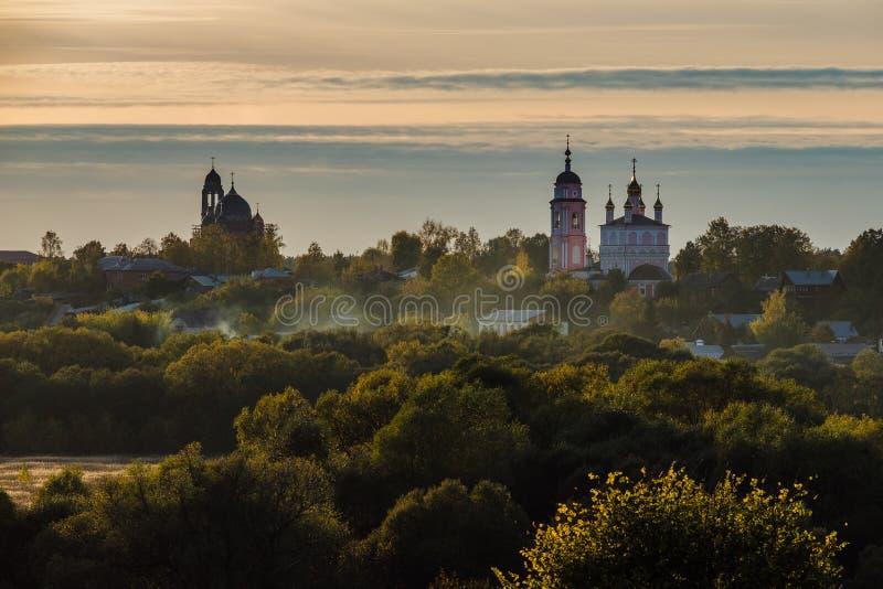 Borovsk秋天视图在日落,卡卢加州地区,俄罗斯的 免版税库存照片