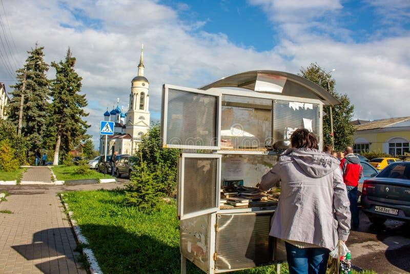 Borovsk Rosja, Wrzesień, - 2015: Uliczna biblioteka w mieście Borovsk Książkowa wymiana fotografia royalty free