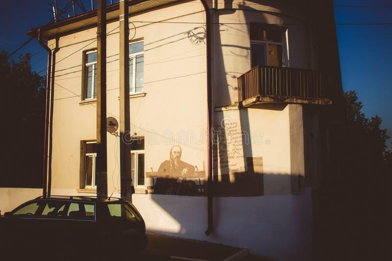Borovsk, Rusia - 18 de agosto de 2018: Una vista de las calles del ` s de la ciudad y de los edificios de cintura baja urbanos fotografía de archivo libre de regalías