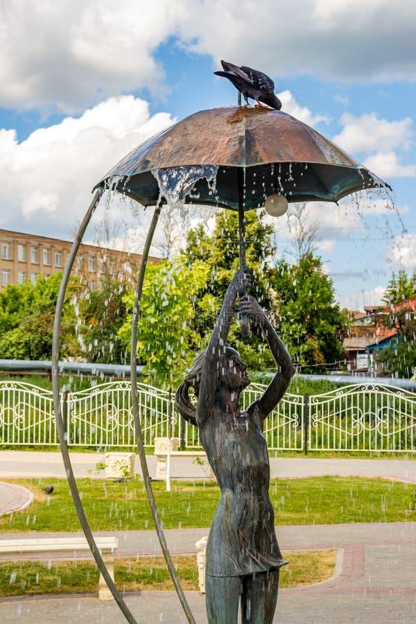 Borovsk, Rusland - Juni 2019: Fontein met een beeldhouwwerk van een meisje met een paraplu royalty-vrije stock foto