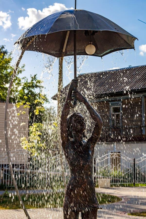 Borovsk Ryssland - Juni 2018: Springbrunn med en skulptur av en flicka med ett paraply i Borovsk arkivfoton