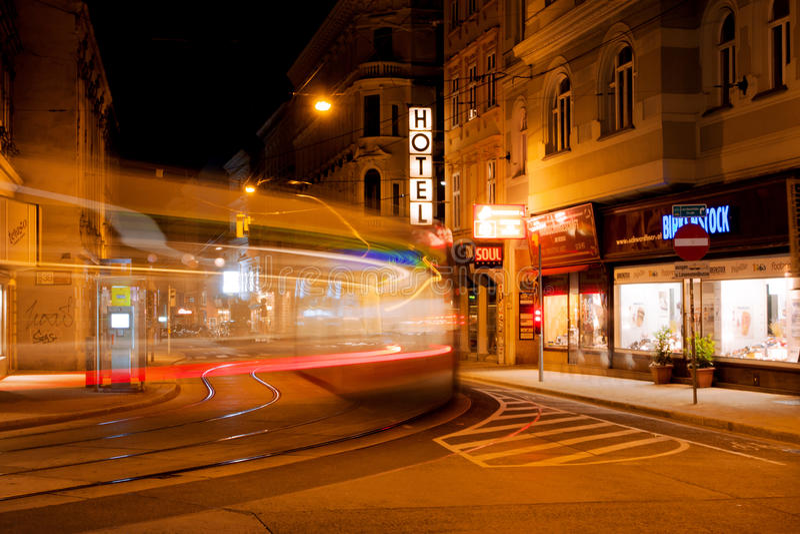 Borrão de movimento da noite do bonde movente rápido no stree foto de stock royalty free