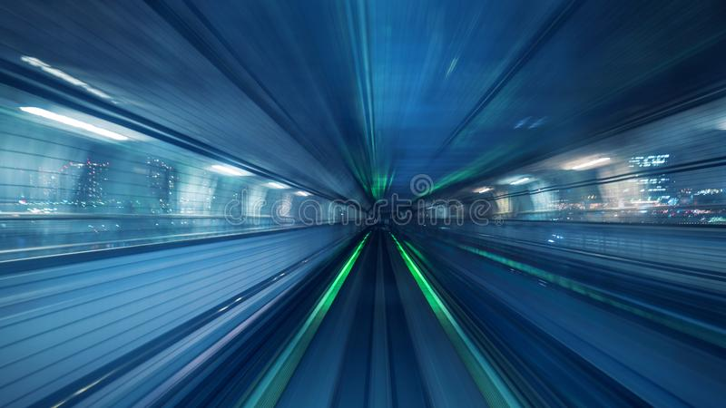 Borrão de movimento do trem automático que move-se dentro do túnel no Tóquio, Japão imagens de stock