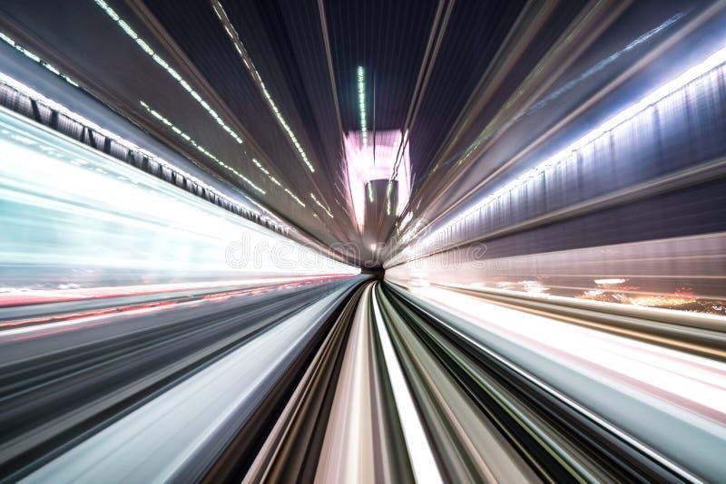 Borrão de movimento do trem que move-se dentro do túnel com luz do dia em tokyo, Japão imagem de stock