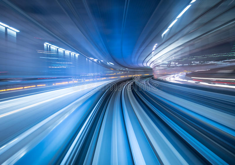 Borrão de movimento do trem que move-se no Tóquio, Japão imagem de stock royalty free