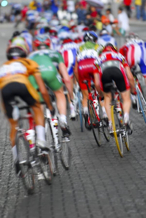 Borrão de movimento um o grupo de ciclistas foto de stock