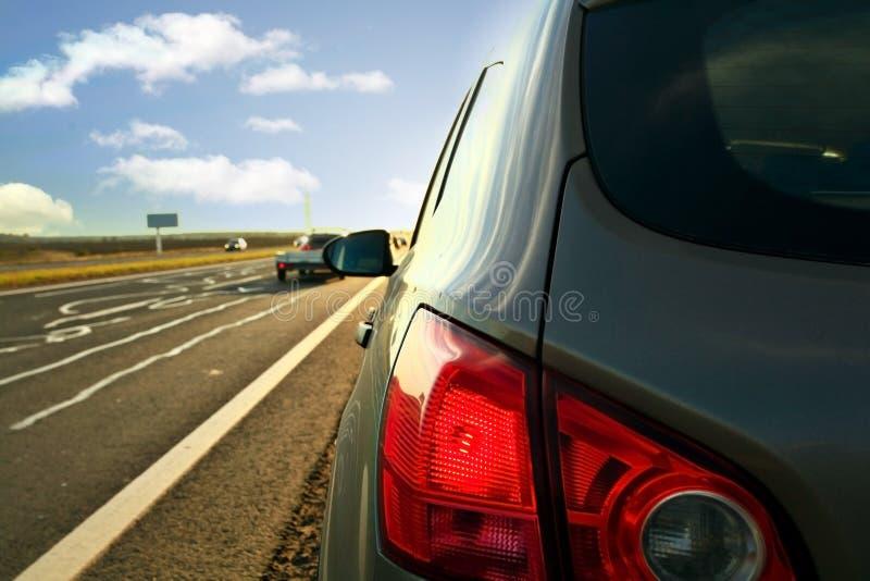 Borrão dos carros do curso da estrada do outono fotografia de stock