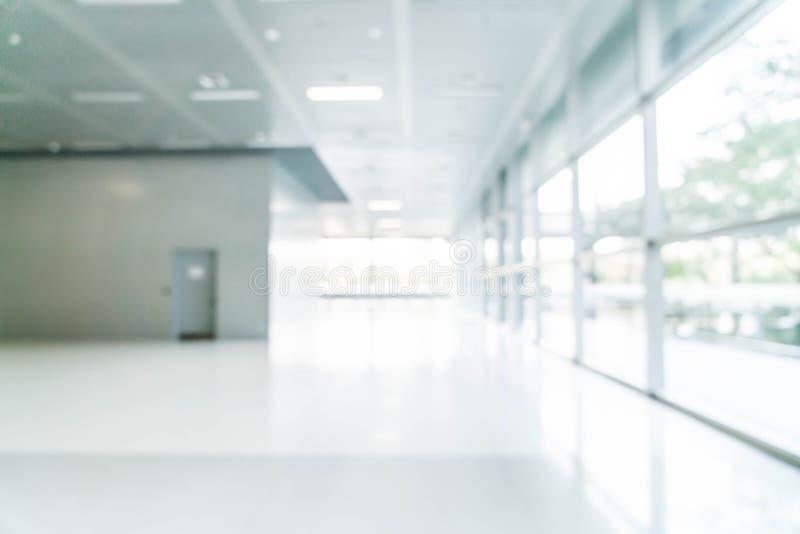 borrão e defocused abstratos no prédio de escritórios vazio com vidro imagem de stock royalty free