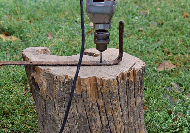 Borra hål med en ljus elektrisk drillborr royaltyfria bilder