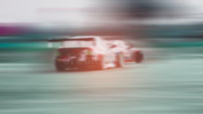 Borrado - dois carros de esportes são batalha de competência em e corredor na tração exterior de alta velocidade do carro de corr imagens de stock