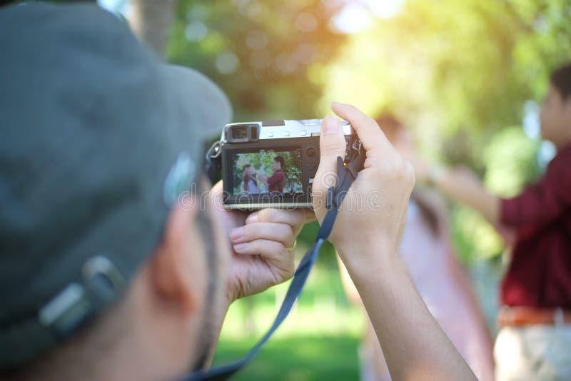 Borrado, feche acima, fotógrafo da mão do homem com a câmera que toma a foto foto de stock