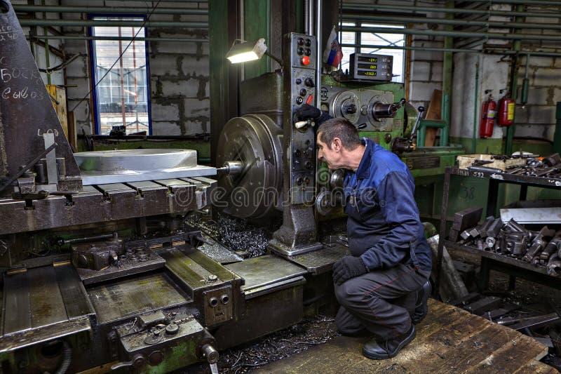 Borrande av ståldelar, i att vända, shoppar metallfabriker fotografering för bildbyråer