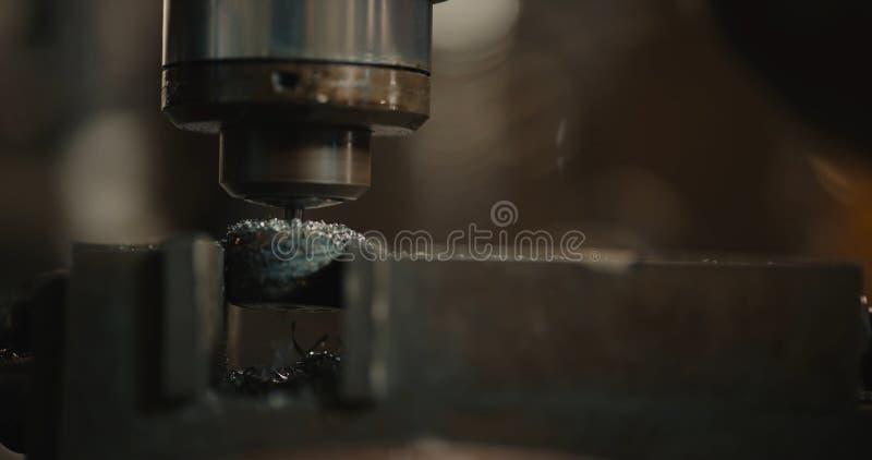 Borrandemaskin Drillborrbiten installeras i drillborren kastar royaltyfri fotografi