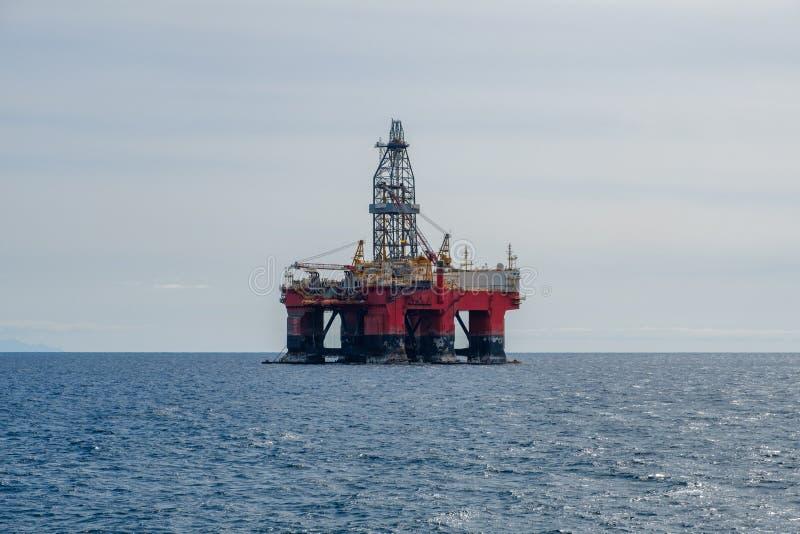 Borrandeplatfom, oljeplattform, frånlands- drillborrplattform royaltyfri foto