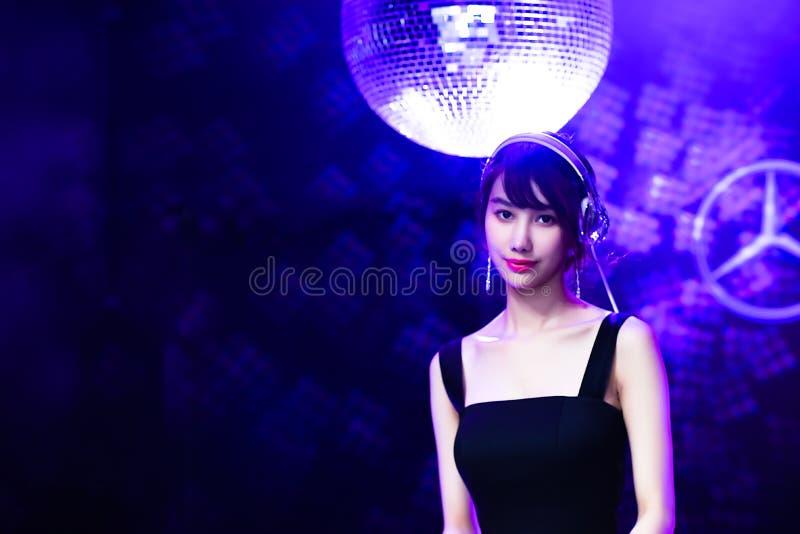 Borre Banguecoque, Tailândia - 6 de abril de 2018 música modelo não identificada de Play com violino e música da mostra de comput fotografia de stock royalty free