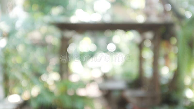 Borre a cena da vida urbana da manhã mesa de centro do borrão no quintal imagem de stock royalty free