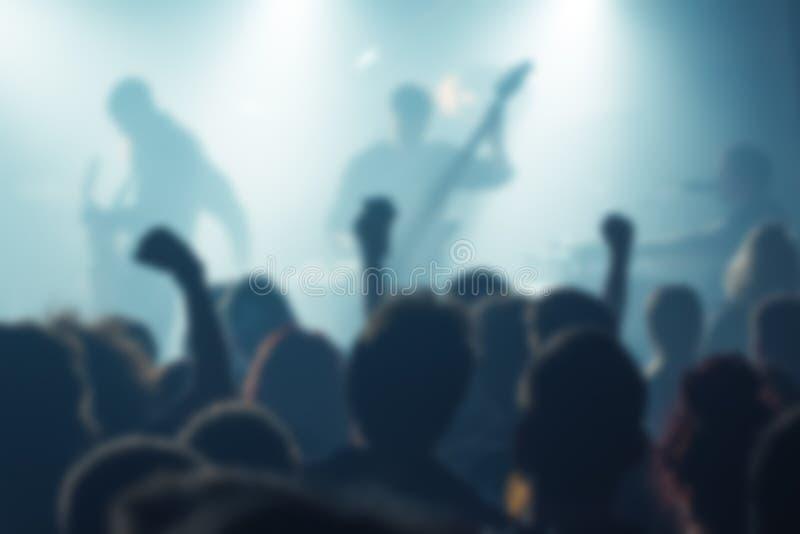 Borre multidão defocused do concerto da música como o fundo abstrato foto de stock