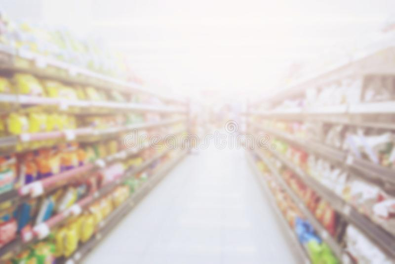 Borre o fundo da foto dos petiscos e dos produtos de consumo coloridos na loja do supermercado fotos de stock