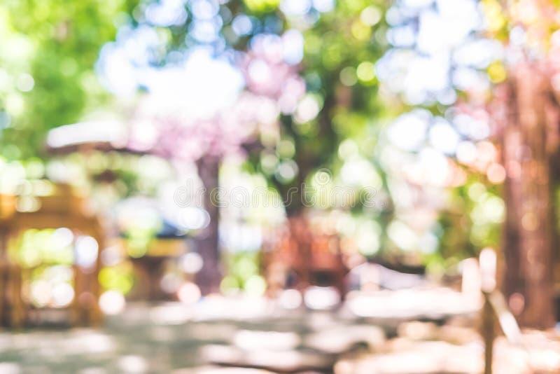 Borre o fundo do jardim com luz do bokeh do verde da árvore no dia ensolarado foto de stock royalty free
