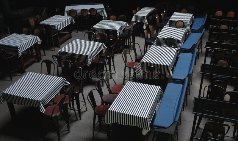 Borre tabelas vazias no café da rua os restaurantes dos restaurantes da barra tonificaram a foto - imagem fotografia de stock royalty free