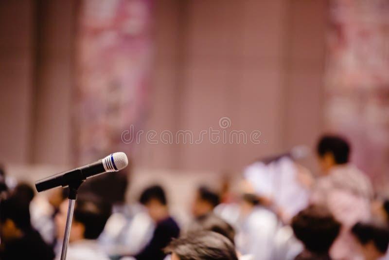 Borroso del micrófono en auditorio y del proyector para reunión de los accionistas ' fotografía de archivo