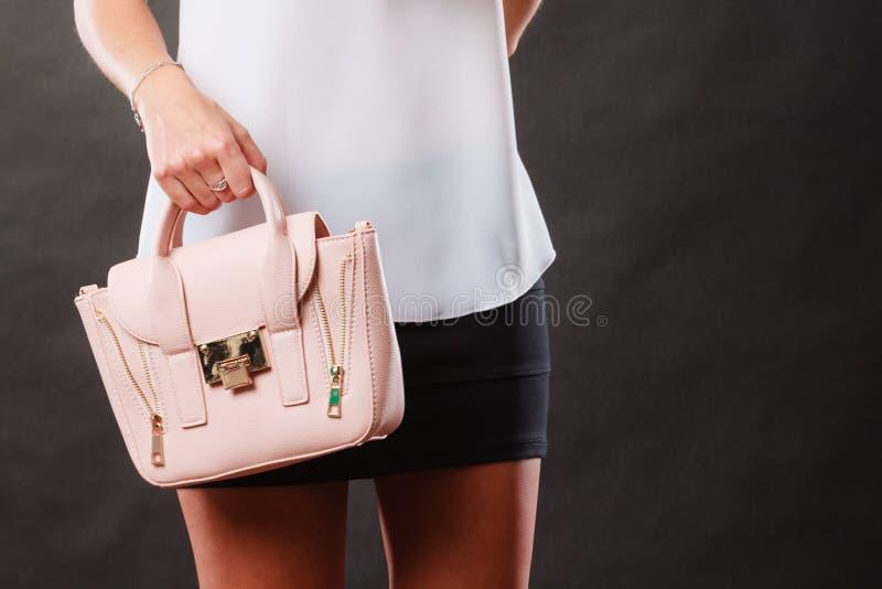 Borsa alla moda della borsa della tenuta della ragazza immagine stock