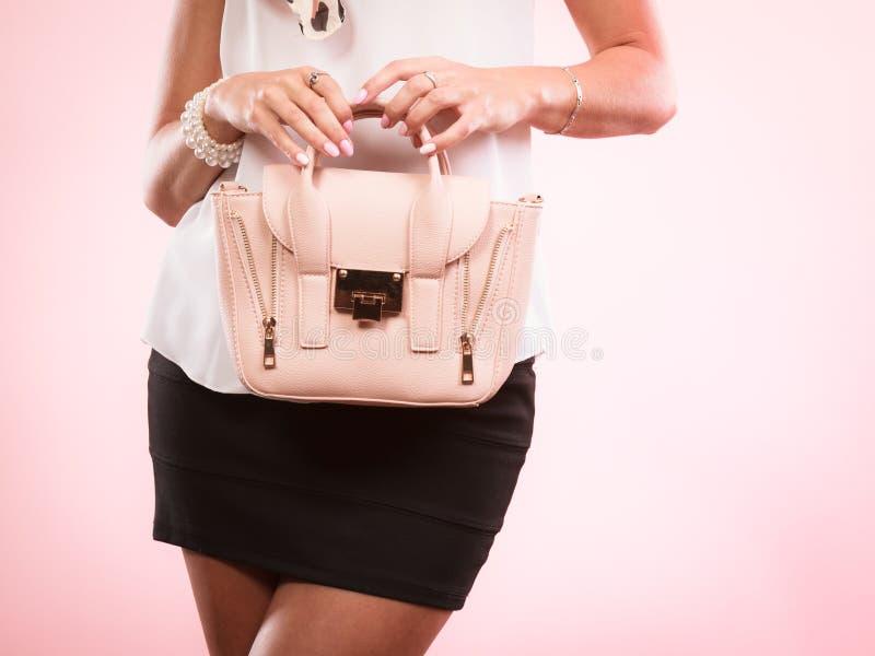 Borsa alla moda della borsa della tenuta della ragazza fotografie stock libere da diritti