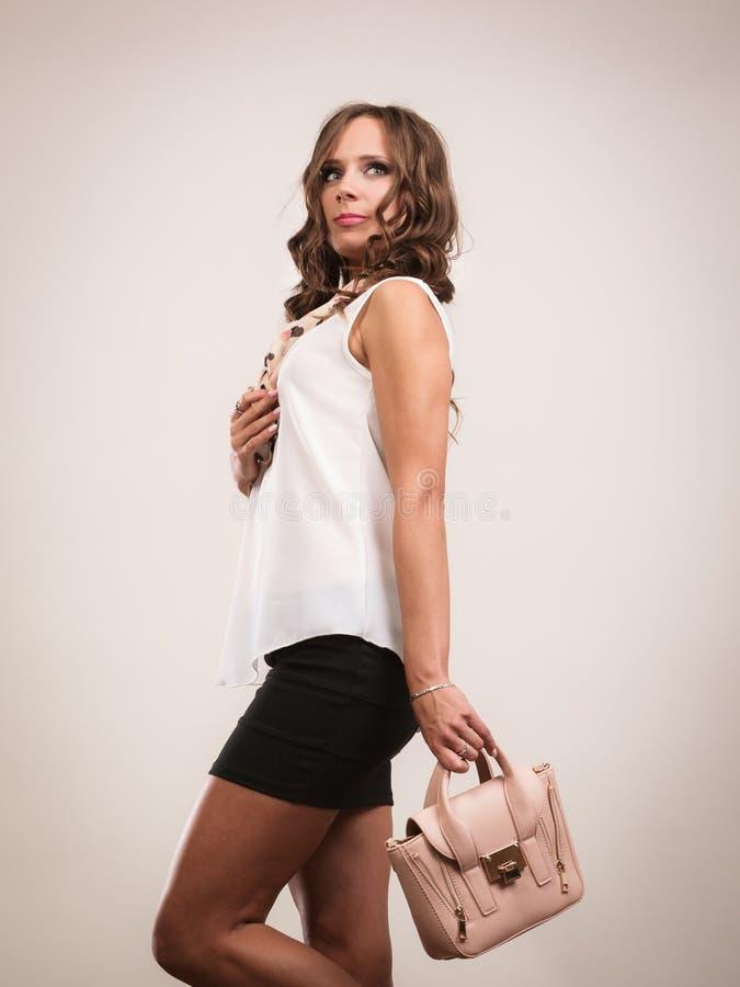 Borsa alla moda della borsa della tenuta della ragazza immagini stock