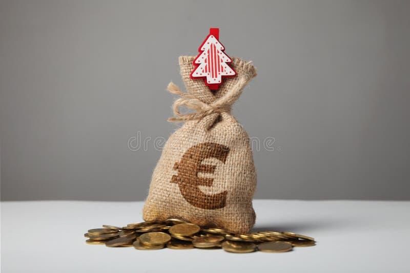 Borsa d'annata con soldi, euro segno e nuovo anno ed albero di Natale fotografia stock libera da diritti