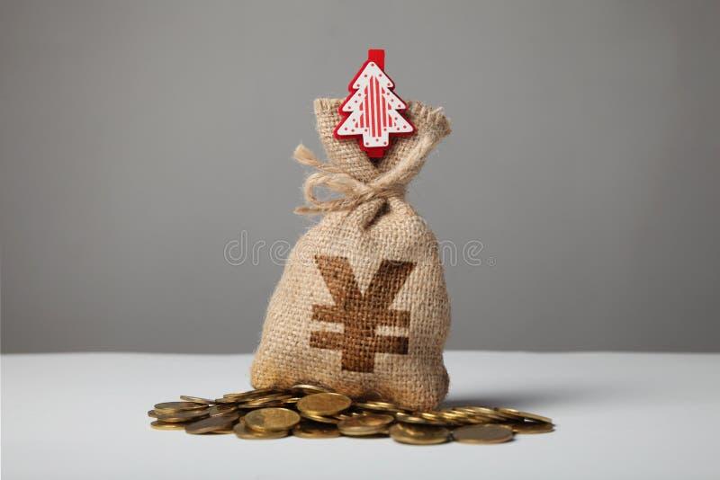 Borsa d'annata con soldi, segno di yuan e nuovo anno ed albero di Natale fotografia stock libera da diritti