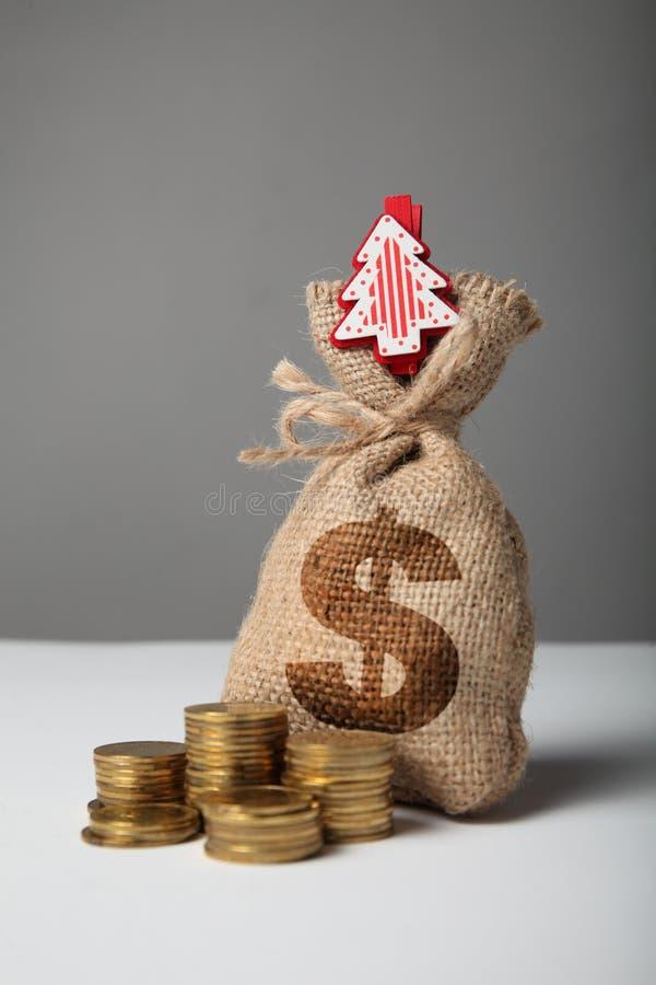 Borsa d'annata con soldi, simbolo di dollaro e nuovo anno ed albero di Natale immagine stock