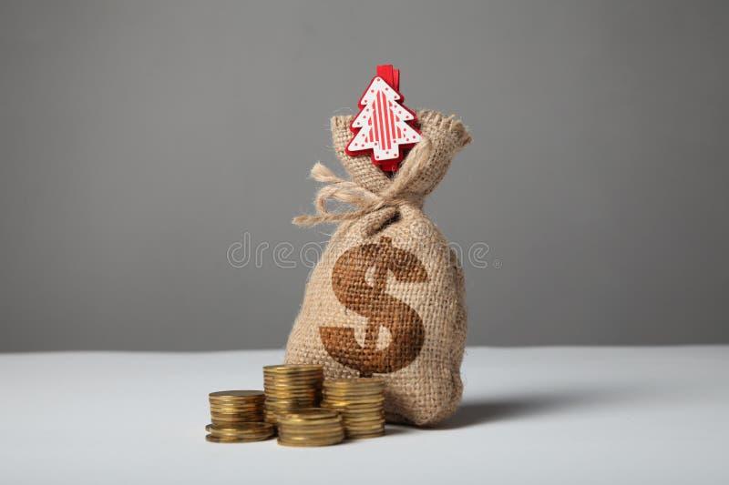 Borsa d'annata con soldi, simbolo di dollaro e nuovo anno ed albero di Natale fotografie stock