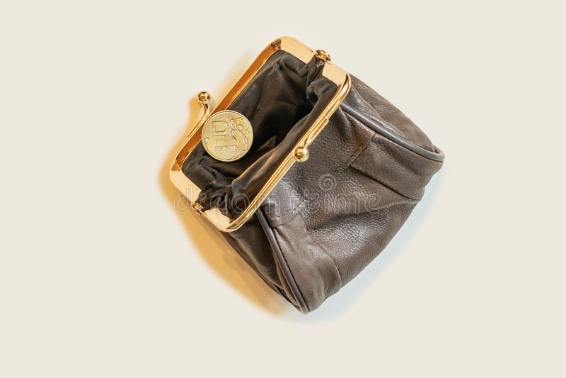 Borsa dei soldi con una moneta in una mano di un uomo e della rublo Concetto di risparmio immagini stock libere da diritti