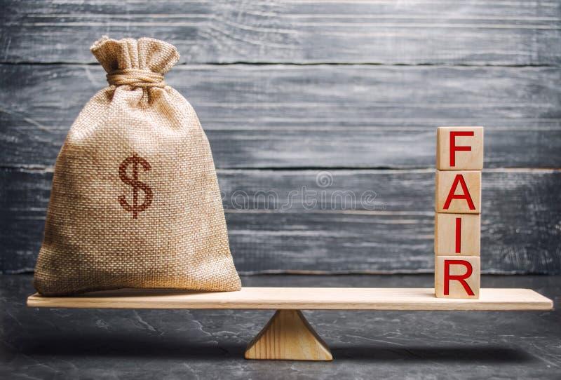 Borsa dei soldi e blocchi di legno con la fiera di parola equilibrio Valutazione di valore giusto, debito dei soldi Affare giusto fotografie stock libere da diritti