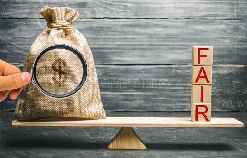Borsa dei soldi e blocchi di legno con la fiera di parola equilibrio Valutazione di valore giusto, debito dei soldi Affare giusto immagine stock