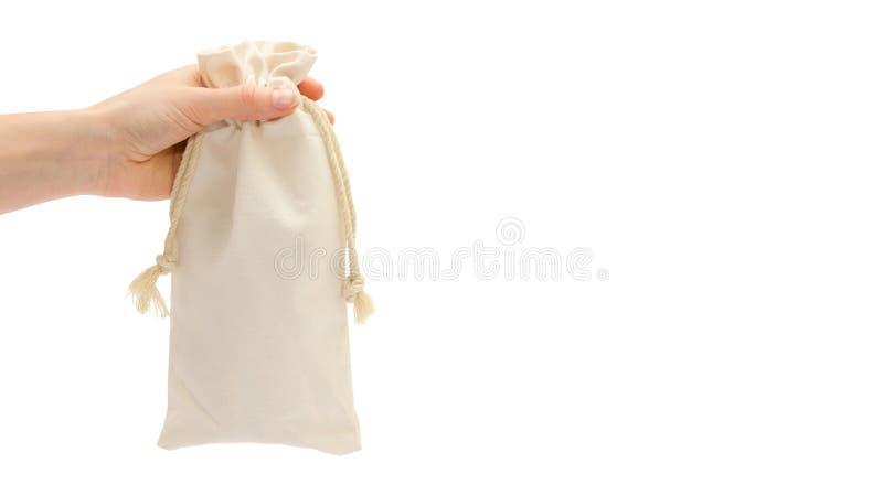 Borsa del cotone della tenuta della mano della donna Isolato su priorità bassa bianca copi lo spazio, modello fotografia stock