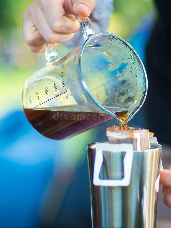 Borsa del gocciolamento che fa caffè sulla tazza fotografia stock