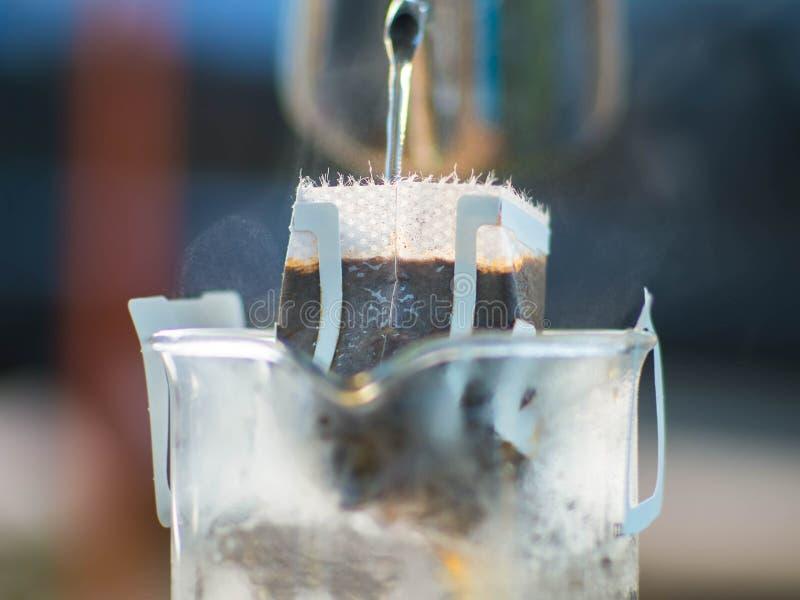 Borsa del gocciolamento che fa caffè sulla tazza fotografie stock libere da diritti
