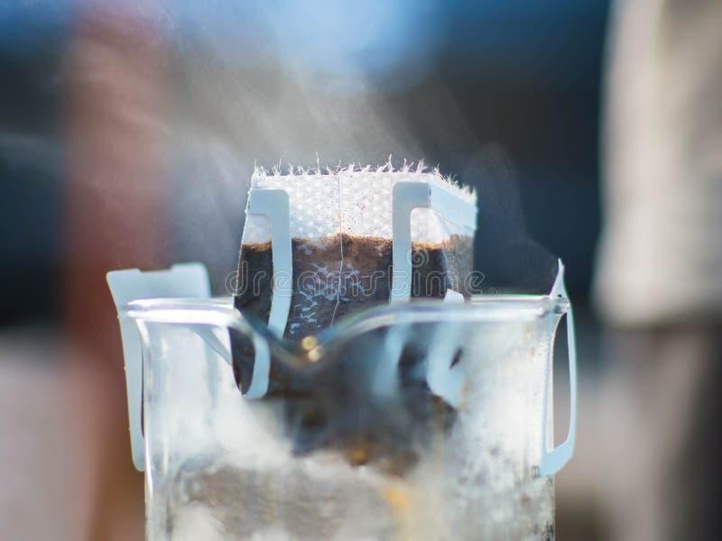 Borsa del gocciolamento che fa caffè sulla tazza fotografia stock libera da diritti