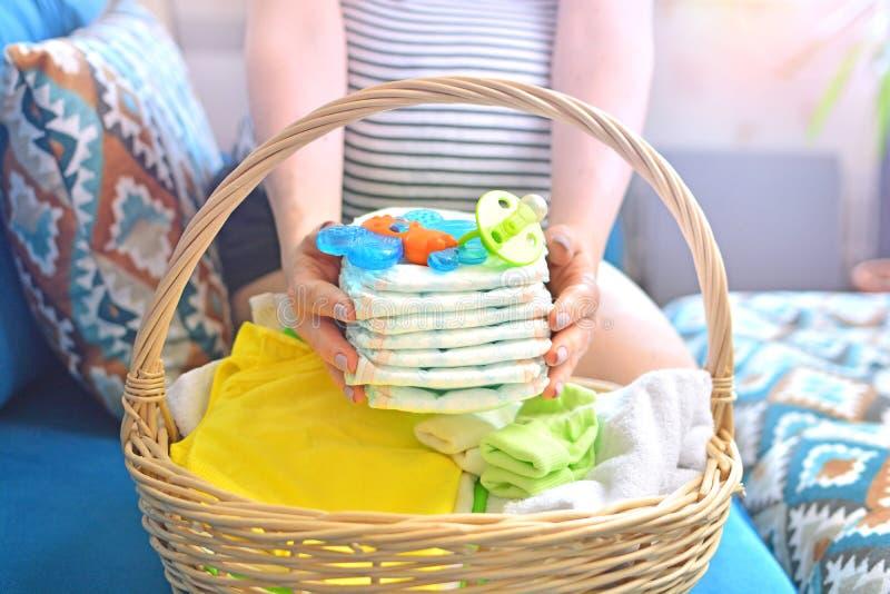 Borsa dell'imballaggio della donna incinta per la maternit? a casa immagine stock
