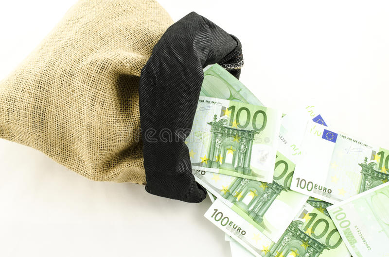 Borsa della iuta in pieno di soldi immagini stock